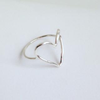 Anel coração vazado em prata.