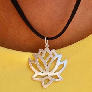 Colar Flor de Lotus grande em prata.