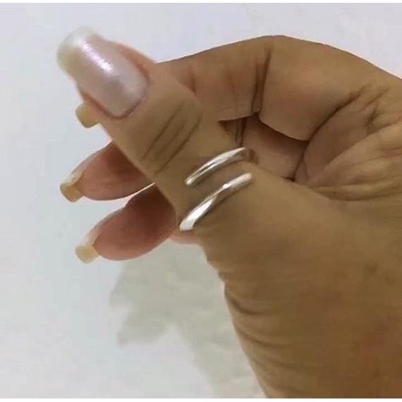 Anel caracol regulável em prata.
